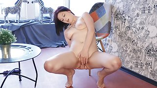 Shaved pussy solo chick Anais A moans greatest extent fingering her clit